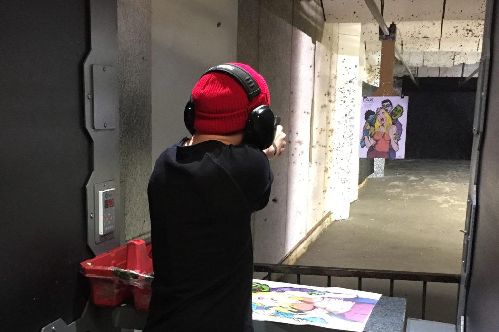 Der Kollege schießt auf Zombies
