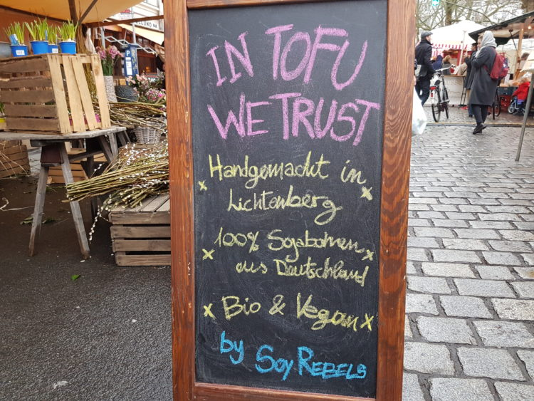 Tofu auf dem Wochenmarkt am Kollwitzplatz