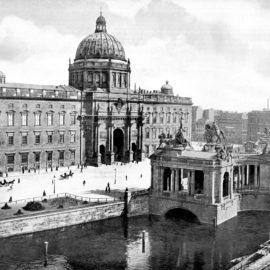 Kreuz auf Stadtschloss: Typisch deutsch!