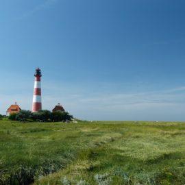 Schleswig-Holstein wie aus dem Bilderbuch: Blick auf den Leuchtturm Westerhever an der Nordsee-Küste