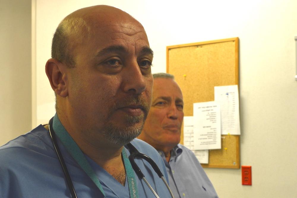 Der arabische Arzt Abu Bich (47, l.) und sein jüdischer Kollegen Avi Rivkind (68). Gemeinsam retten sie Araber und Juden (Foto: Til Biermann)