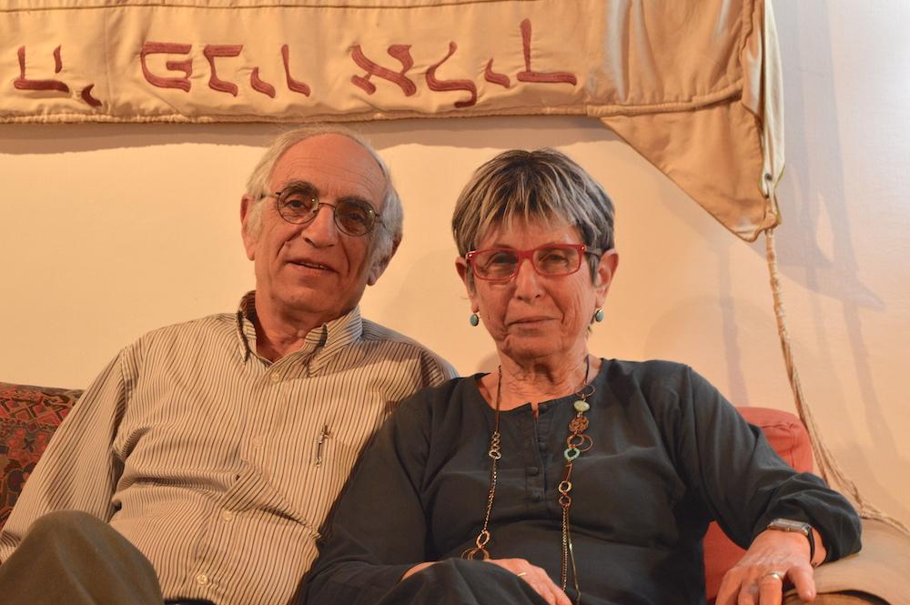 Bilha (68) und Arie (69) und Bachrach. Das Hochzeitstuch hinter ihnen wurde ihrem ermordeten Sohn gewidmet (Foto: Til Biermann)