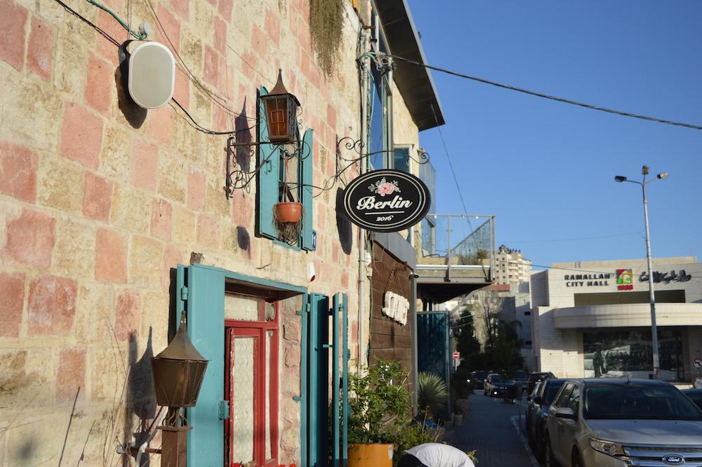 Die Berlin Bar in Ramallah – laut dem Betreiber wird in der Stadt viel gefeiert (Foto: Til Biermann)