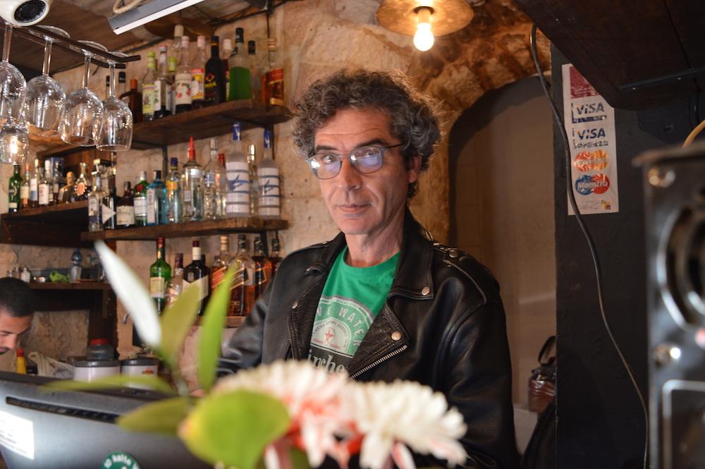 Bar-Chef Sam Katkuda (50) ist ein gebildeter, weit gereister Mann. Er lebte auch lange in den USA (Foto: Til Biermann)