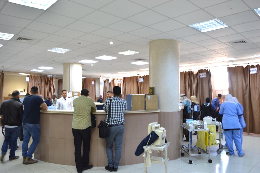 Ramallah-Krankenhaus: Direkt hinter dem Empfangstresen liegen die Patienten in Verschlägen (Foto: Til Biermann)