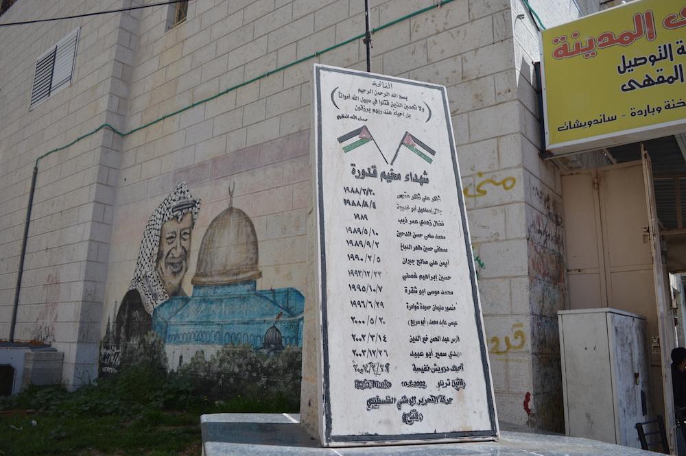Märtyrer-Memorial in Ramallah. Daneben der verstorbene Palästinenserführer Yassir Arafat, der den muslimischen Felsendom symbolisch beschützt (Foto: Til Biermann)