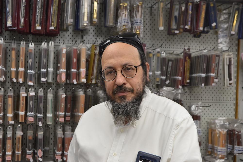 "Rabbi Mosche Flumenbom (60) in seinem Geschäft ""HaSofer"" (Foto: Til Biermann)"