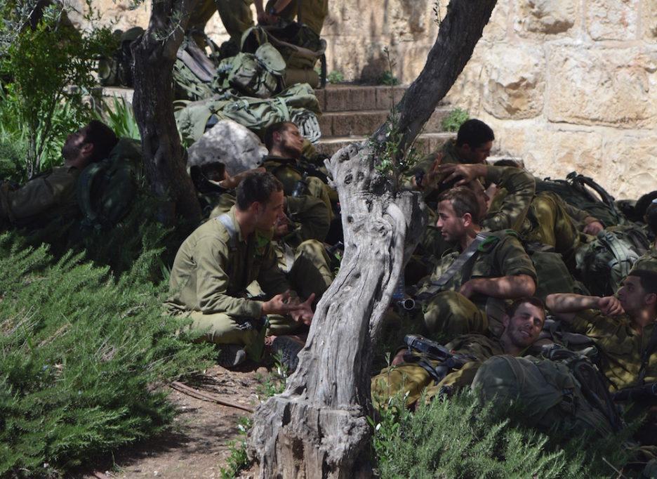Israelische Soldaten ruhen sich neben der Jerusalemer Altstadt nahe der Klagemauer im Schatten aus (Foto: Til Biermann)