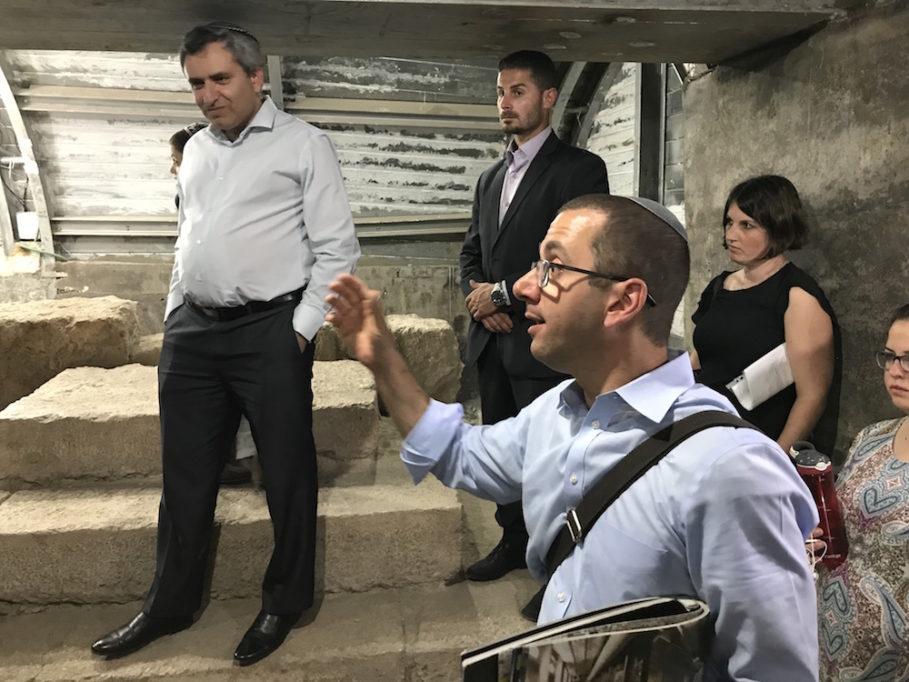 Heimat- und Jerusalemminister Zeev Elkin (47, v. l.) auf dem Jesus-Podest, sein Beschützer und der Touristen-Führer (Foto: Til Biermann)