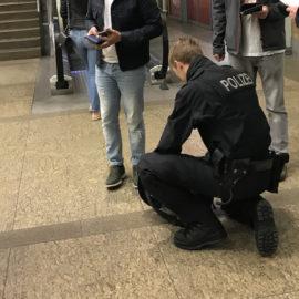 Polizei sucht nach Waffen und findet Drogen