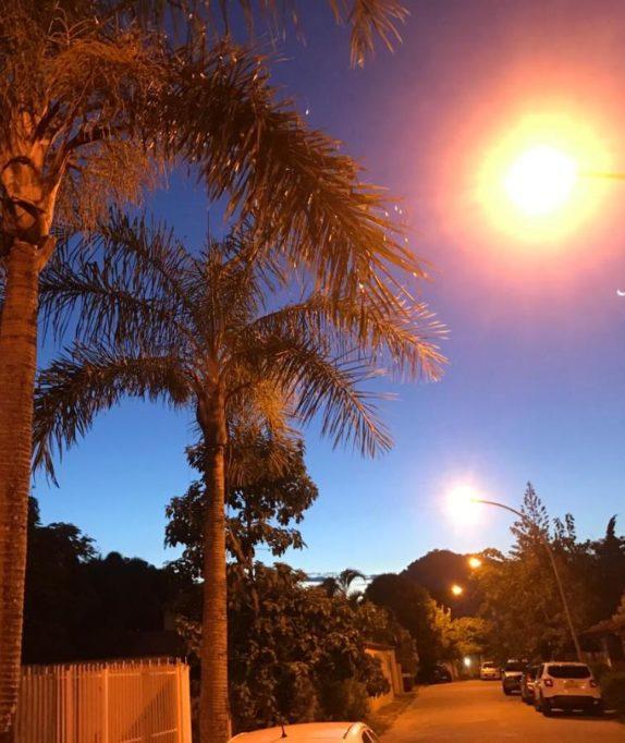 Die beschaulichen Wohnviertel in Barra de Tijuca sind meistens mit Toren und Zäunen gesichert Foto: Til Biermann