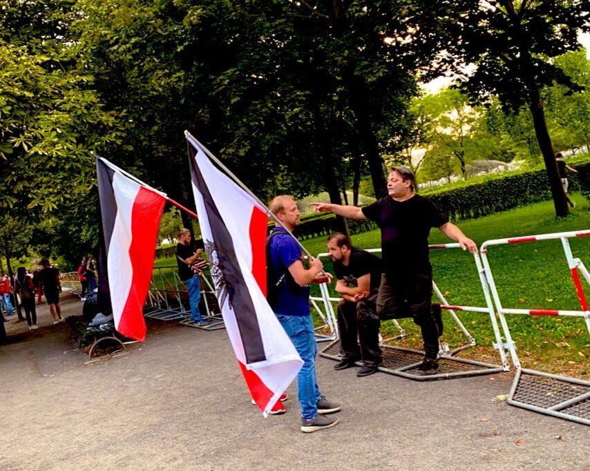 """Reichsbürger planen den Umsturz. Der Mann am Zaun sagte: """"Wir sollten alles selbst machen, eigene Verfassung, eigene Währung, weiß ick was."""""""
